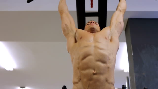vídeos de stock, filmes e b-roll de homem desportivo apto bonito fazendo exercícios... - músculo humano