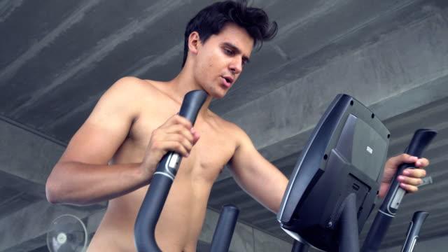 vídeos y material grabado en eventos de stock de ejercicios de guapo forma deportiva en gimnasio oscuro - mejora personal