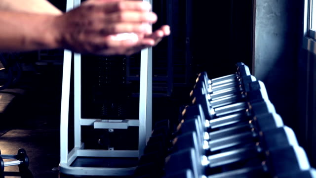 vídeos y material grabado en eventos de stock de guapo hombre deportivo fit ejercicios en gimnasio oscuro, hombre culturista muscular - mejora personal
