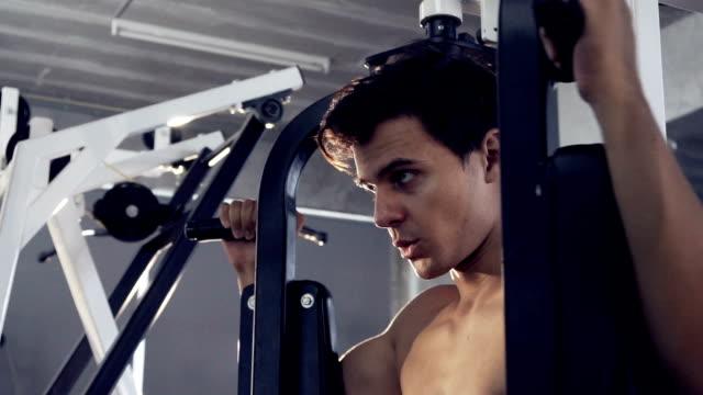 vídeos y material grabado en eventos de stock de ejercicios guapo deportivo fit levantarse en gimnasio oscuro, fisicoculturista musculoso hombre - mejora personal