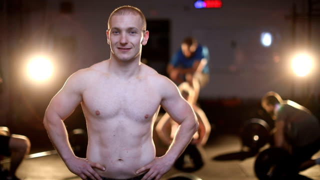 hübscher kerl im fitness-studio - hand an der hüfte stock-videos und b-roll-filmmaterial