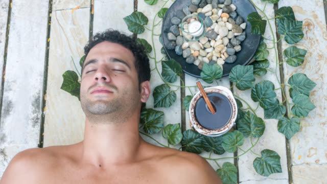 hübscher mann im spa - verwöhnen stock-videos und b-roll-filmmaterial