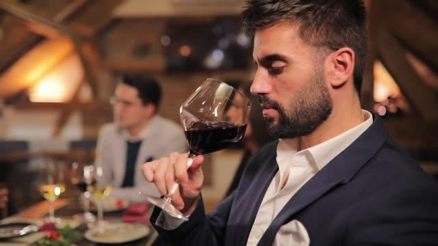 vidéos et rushes de bel homme, boire du vin rouge - pilosité faciale