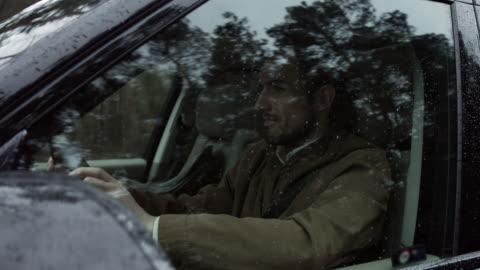 vidéos et rushes de bel homme au volant d'une voiture - pare brise