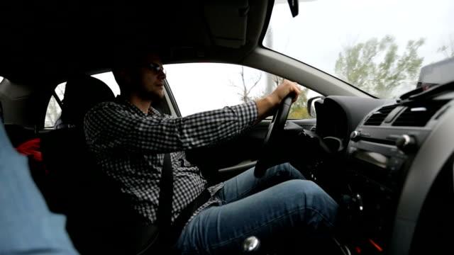 ハンサムな男性運転 - シートベルト点の映像素材/bロール