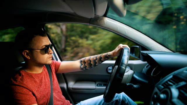 お車を見るハンサムな男性 - 高級車点の映像素材/bロール