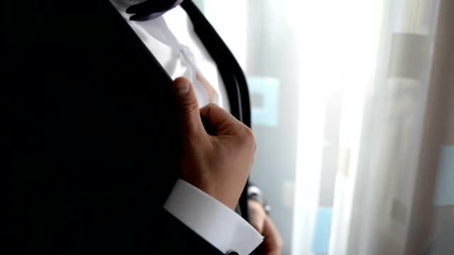 vidéos et rushes de homme beau dans le costume chic noir - smoking