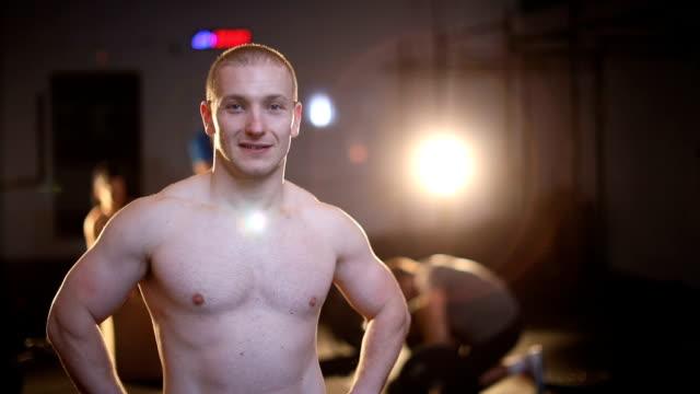 gut aussehender mann in fitness - hand an der hüfte stock-videos und b-roll-filmmaterial