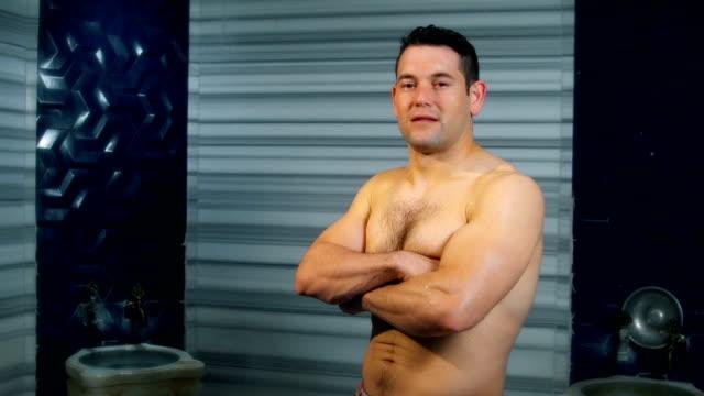 vidéos et rushes de homme bel regardant l'appareil-photo dans le bain turc - prendre un bain