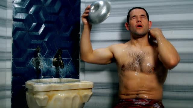 vidéos et rushes de homme bel prenant la douche dans le bain turc - salle de bain