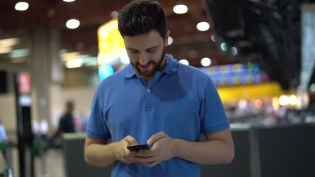 snygg man med hjälp av smartphone - män i 30 årsåldern bildbanksvideor och videomaterial från bakom kulisserna