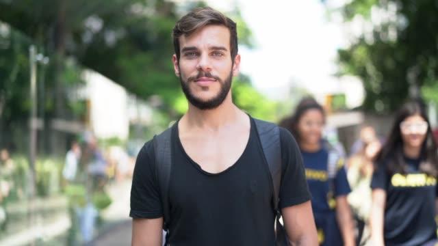 vídeos de stock, filmes e b-roll de homem considerável com o retrato preto da camisa e da barba na cidade - só um homem