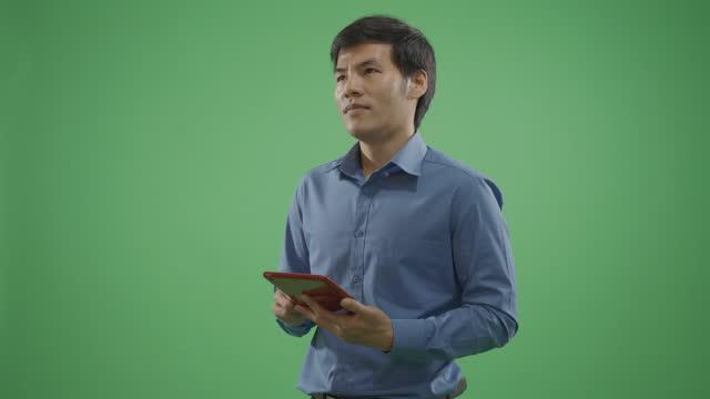 vídeos de stock, filmes e b-roll de homens bonitos trocando mensagens de texto no telefone inteligente no fundo verde. - modelo web