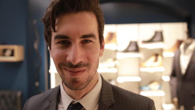 vídeos de stock, filmes e b-roll de vendedor de sapato bonito - neckwear