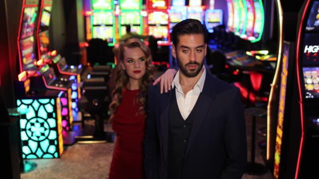 gut aussehendes gut gekleidetes paar im casino - paar gruppierung stock-videos und b-roll-filmmaterial