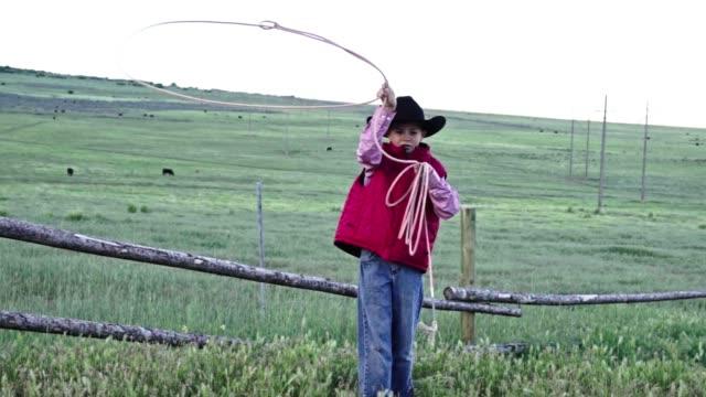 Ein hübscher junger Cowboy seine Abseilen üben