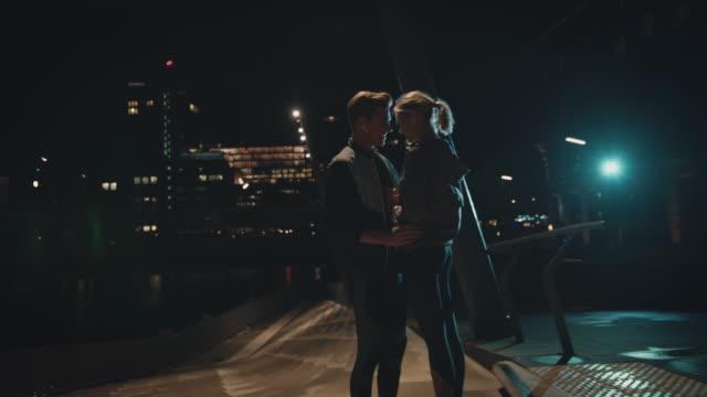 stockvideo's en b-roll-footage met knappe jonge man praat met vriendin in de nacht - gezicht aan gezicht