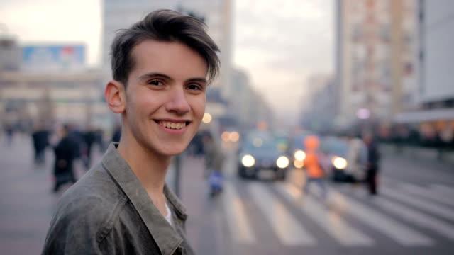 hübscher junger mann, portrait - männlicher teenager stock-videos und b-roll-filmmaterial