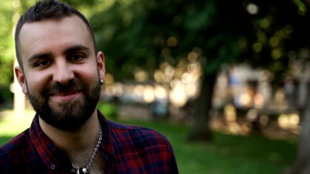 freier junger mann, porträt - hoffnung stock-videos und b-roll-filmmaterial