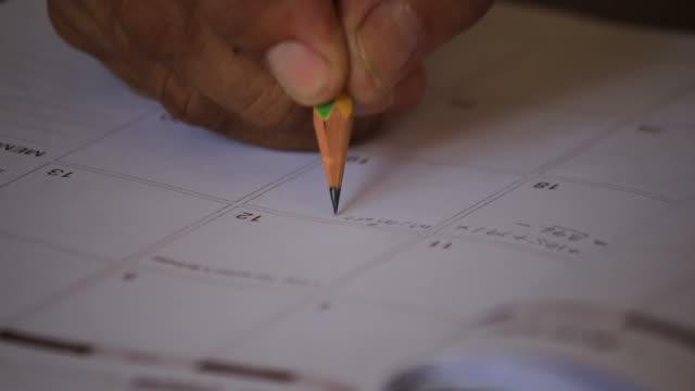 handschrift zu buchen. - menschlicher finger stock-videos und b-roll-filmmaterial
