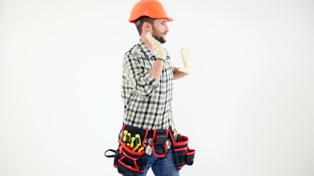 Mann in Schutz Helm Tanz