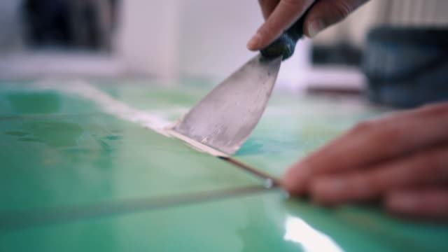 Handwerker, die Installierung der Keramikziegel.