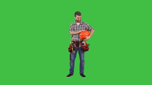 mann für stehen in bauarbeiterhelm - ganzkörperansicht stock-videos und b-roll-filmmaterial