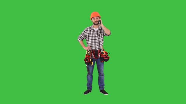 Mann für spricht auf dem Mobiltelefon