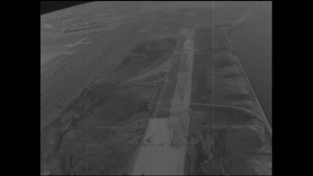 vídeos y material grabado en eventos de stock de a haneda airport runway under construction is near tokyo bay. - formato buzón
