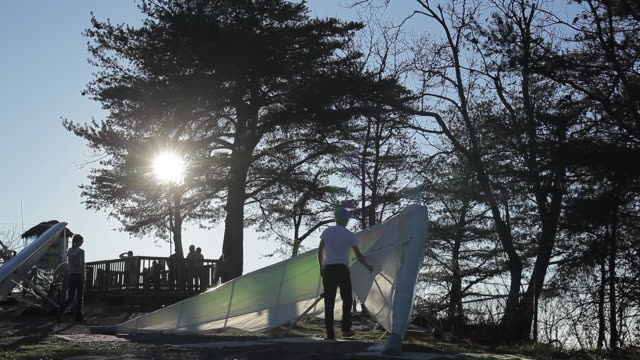 hang-gliding preparation at sunset in chattanooga, tennessee. - hang gliding stock videos and b-roll footage