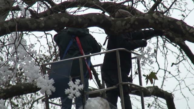 (HD1080i) hängen Weihnachtsdekoration in einem Baum