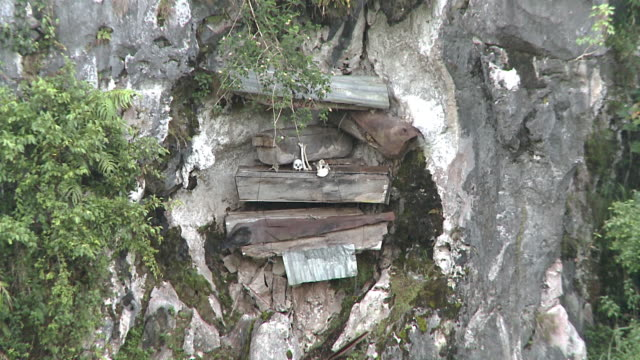 stockvideo's en b-roll-footage met hanging coffins at sagada, philippines - hangen