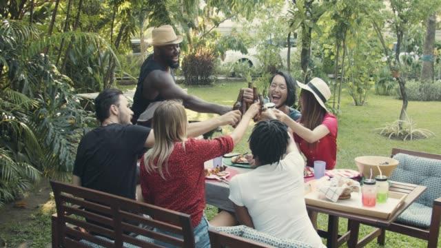 stockvideo's en b-roll-footage met rondhangen met vrienden in de achtertuin - barbecue sociale bijeenkomst