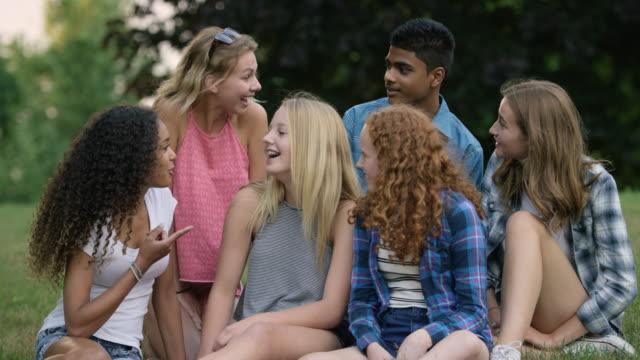 Umgås med vänner i parken