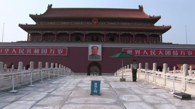 stockvideo's en b-roll-footage met ws hanging poster of chairman mao zedong at palace enterance / beijing, china - breedbeeldformaat