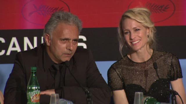vídeos y material grabado en eventos de stock de hanif kureishi and robin wright penn on watching disturbing movies at the cannes film festival 2009 winners press conference at cannes - robin wright penn