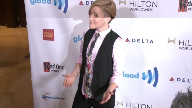 vídeos y material grabado en eventos de stock de hannah hart at the 25th annual glaad media awards at the beverly hilton hotel on april 12 2014 in beverly hills california - the beverly hilton hotel