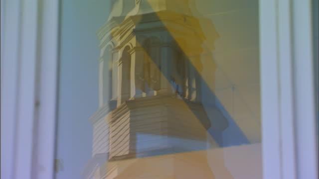 vidéos et rushes de hannibal, missouribuilding reflection in window - flèche clocher