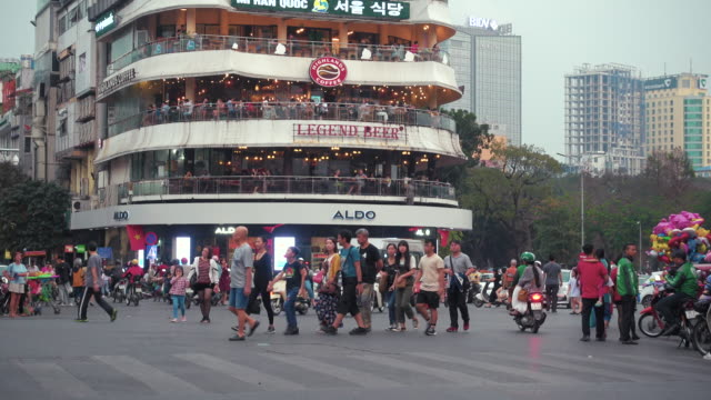 vidéos et rushes de hanoi dinh tien hoang iconic roundabout and crossing. vietnam modern lifestyle - explosion démographique