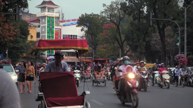hanoi dinh tien hoang iconic roundabout full of cars and motorbikes - north vietnam stock videos & royalty-free footage