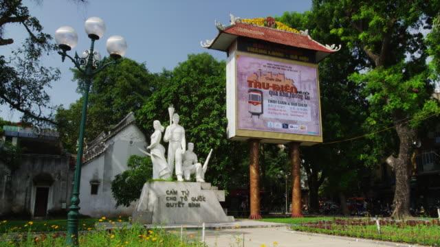 stockvideo's en b-roll-footage met hanoi hoan kiem lake district - vrouwelijke gestalte
