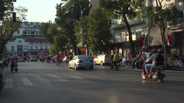 hanoi road next to hoan kiem lake roundabout - ベトナム点の映像素材/bロール