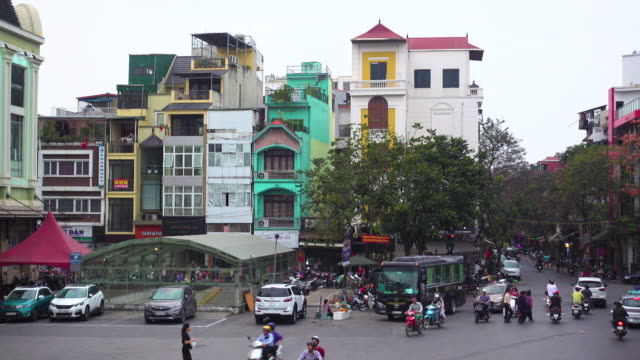 hanoi vietnam traffic. old colonial hang da market roundabout - ベトナム点の映像素材/bロール