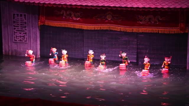 vídeos de stock e filmes b-roll de hanoi, vietnamese water puppets - fantoche