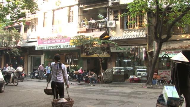 vidéos et rushes de hanoi, vietnamview of city street in hanoi vietnam - panier