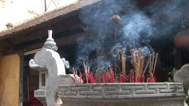hanoi, vietnamview of temple incense burning at hanoi vietnam - räucherwerk stock-videos und b-roll-filmmaterial