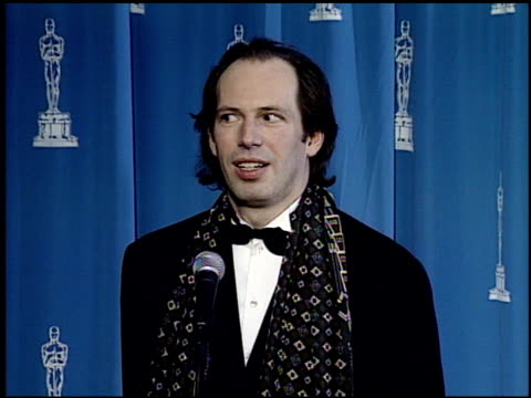 hans zimmer at the 1995 academy awards granada tv at the shrine auditorium in los angeles california on march 27 1995 - cerimonia degli oscar video stock e b–roll
