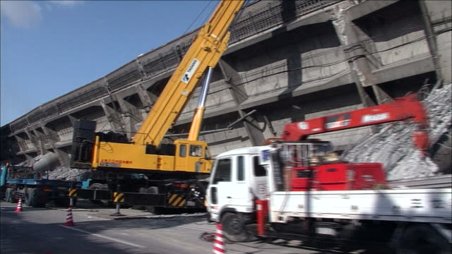 Hanshin Expressway toppled over sideways due to collapsed bridge girders of a viaductTracking shot