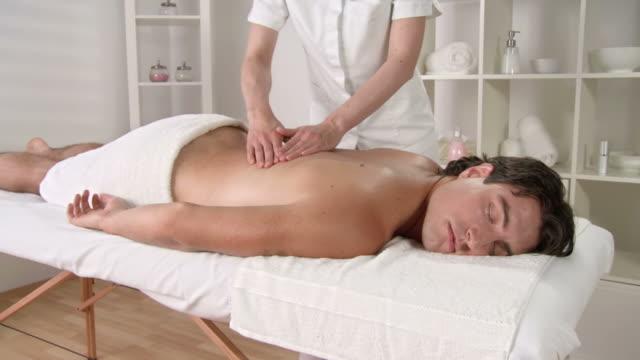 HD CRANE: Hansome Mann genießen, Öl-Massage