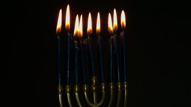 vídeos de stock, filmes e b-roll de hanukkah menorah chanukiah - candelabro